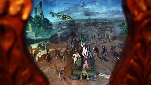 Ada satu diorama yang menggambarkan betapa heroiknya Jihad di masa itu. Tampak ada diorama yang menggambarkan para tentara Mujahiddin berhasil merebut tank musuh, kemudian mereka mengibarkan bendera di atasnya sebagai tanda bahwa mereka berhasil mengalahkan Soviet. (AP)