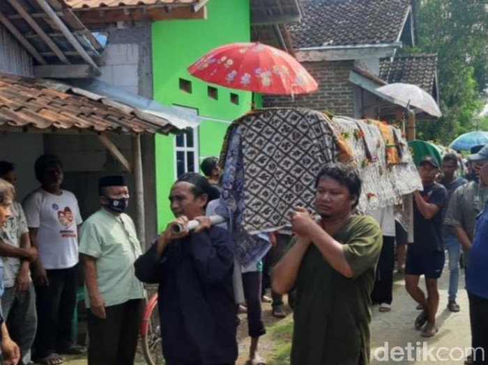 Pemakaman tiga orang sekeluarga korban kecelakaan Tol Cipali di Kabupaten Pekalongan, Selasa (1/12/2020).