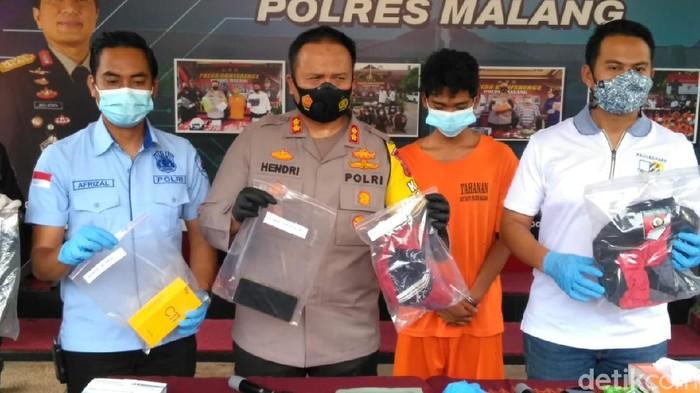 Mayat remaja ditemukan di sebuah ladang singkong di Kabupaten Malang. Remaja laki-laki berusia 14 tahun itu ternyata dibunuh temannya sendiri.