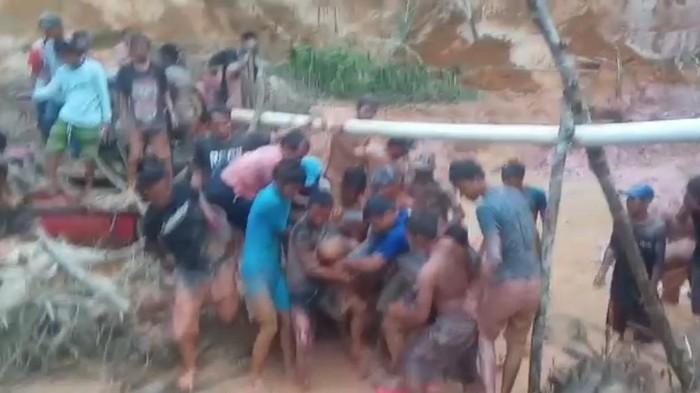 Proses evakuasi penambang tewas di Jambi (dok. Istimewa)