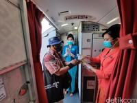 Garuda Indonesia juga menyediakan hand sanitizer untuk penumpang. Di toilet juga disediakan sabun yang dapat digunakan penumpang untuk membersihkan tangan.