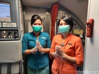 Seluruh awak kabin dan pilot mengenakan atribut masker dan sarung tangan untuk menjaga higienitas.
