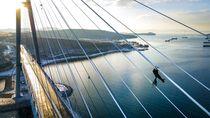Bersihkan Es, Petugas Bergelantung di Kabel Jembatan Rusia