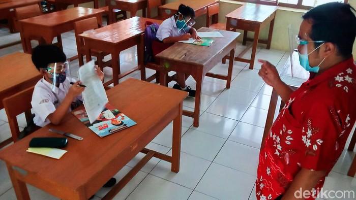 SD Negeri di Klaten mulai melakukan ujicoba pembelajaran tatap muka untuk penilaian akhir semester  (PAS) 2020 dan sosialisasi protokol COVID, Selasa (1/12). Untuk tahap awal per kecamatan hanya boleh maksimal lima sekolah dan akan dievaluasi untuk persiapan masuk sekolah Januari 2021.