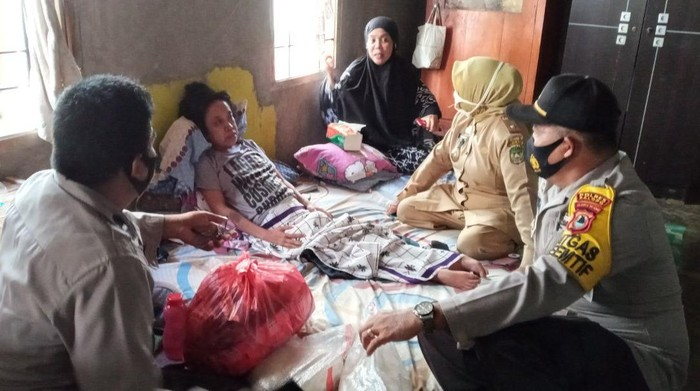 Seorang wanita di Palopo saat mendapat bantuan dari Polres Palopo (dok. Istimewa).