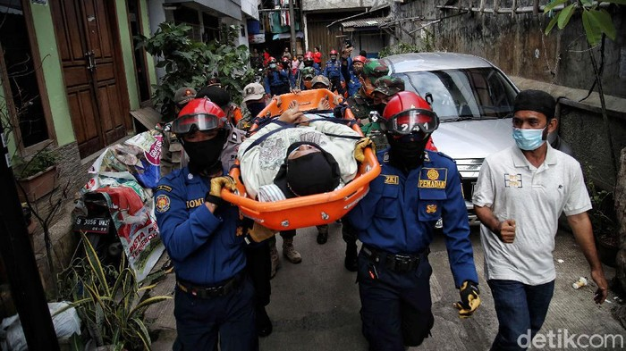 Sejumlah warga beserta pasukan gabungan melakukan simulasi kesiapsiagaan antisipasi bencana banjir di kawasan Kampung Tangguh RW 15 Kelurahan Penjagalan, Penjaringan, Jakarta Utara, Selasa (1/12). Kegiatan yang diikuti oleh pasukan gabungan tersebut bertujuan untuk memberikan antisipasi musim penghujan yang berpotensi banjir. Kegiatan tersebut menjelaskan tentang tata cara mengantisiapsi bencana banjir saat musim penghujan di tengah pandemi COVID-19.
