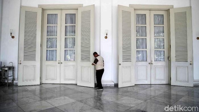 Suasana terkini Balai Kota, Jakarta Pusat, Selasa (1/12). Kantor Gubernur DKI Jakarta terpaksa harus tutup pasca Anies Baswedan positif dinyatakan COVID-19 berdasarkan hasil tes usap yang dilakukan Senin (30/11).  Sementara itu gedung utama Balai Kota yang terpisah dari kantor Gubernur Anies Baswedan tetap buka dengan menerapkan protokol kesehatan
