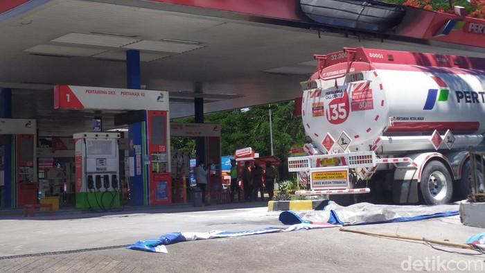 Suasana usai kebakaran tangki di SPBU di Jl MT Haryono, Jaksel. (Arun/detikcom)