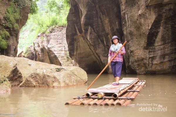 Konon, warga di sekitar Sungai Cikahuripan percaya bahwa air sungai tersebut dapat memberi berbagai manfaat. Seperti ada mata air yang hanya boleh digunakan oleh perempuan atau mata air yang hanya boleh digunakan oleh laki-laki. (Graece Tanus/dTraveler)