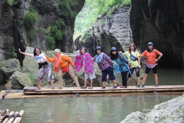 Nama Sungai Cikahuripan bila dibedah menjadi Cai-Kahuripan atau Kahirupan yang berasal dari bahasa Sunda. Jika ditranslasikan ke dalam bahasa Indonesia Cikahuripan memiliki makna air yang membawa kehidupan. (Graece Tanus/dTraveler)