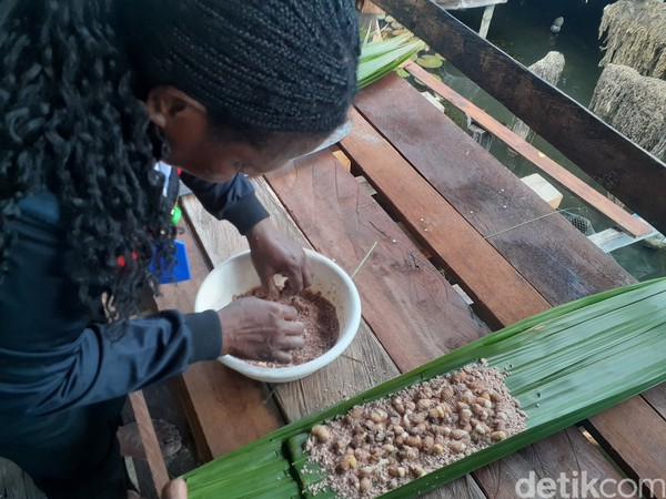 Ulat sagu menjadi makanan wajib para bumil di Papua.