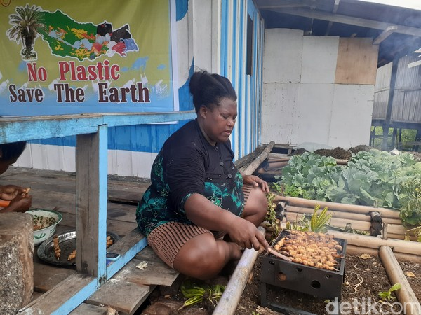 Ulat sagu menjadi wisata kuliner ekstrem Papua karena bisa dimakan mentah-mentah.