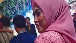 Baru Sebulan Cerai, Viral Ketegaran Wanita Kondangan ke Nikahan Mantan Suami
