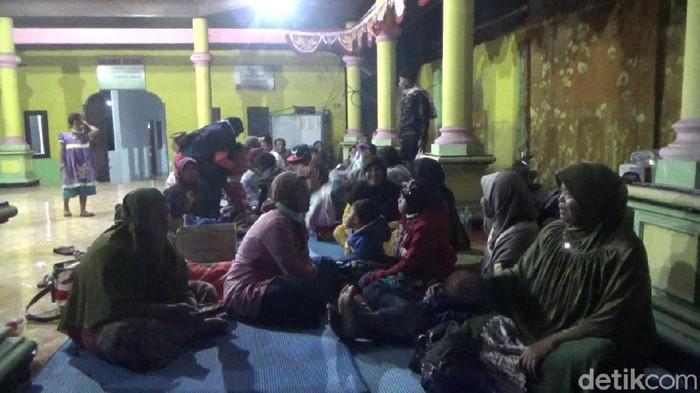 Warga korban Gunung Semeru di pengungsian