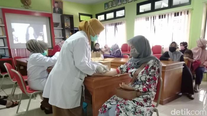 Warga mengikuti tes HIV gratis di puskesmas Ciamis