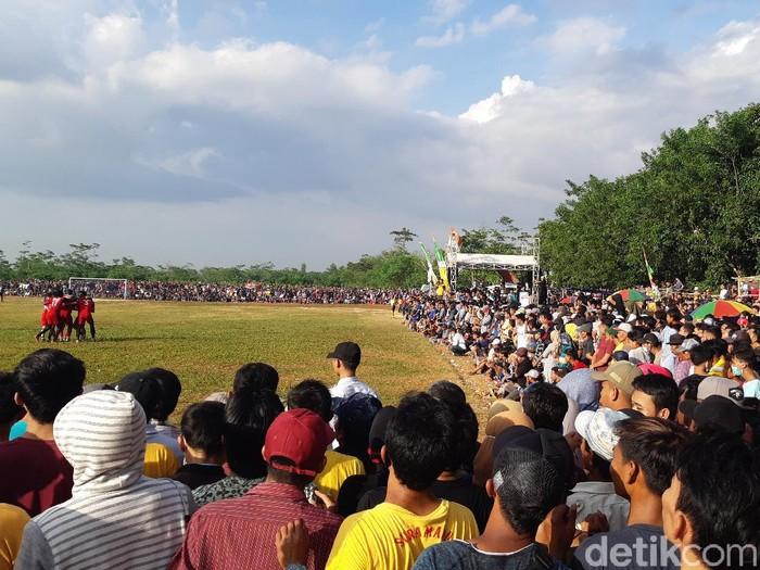 Warga berkerumun menyaksikan pertandingan sepakbola antar kampung di lapangan bola Gelora Graha Cibogo Nyapah, Kecamatan Walantaka, Kota Serang, Rabu (2/12/2020).