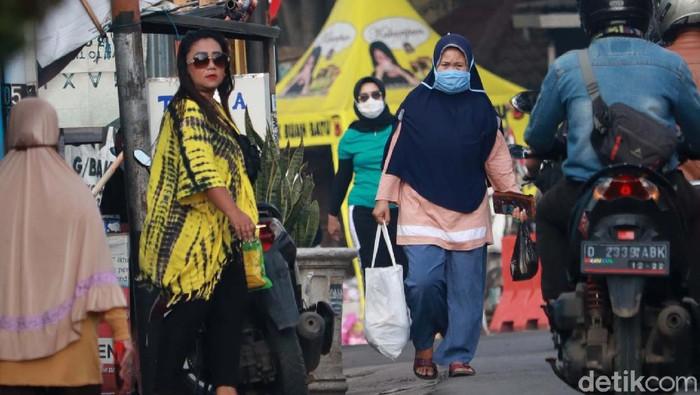 Kota Bandung kembali menjadi zona merah COVID-19. Meski begitu, masih banyak warga yang tidak menaati protokol kesehatan salah satunya penggunaan masker.