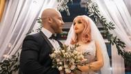 8 Potret Pernikahan Kontroversi Binaragawan dan Boneka Seks