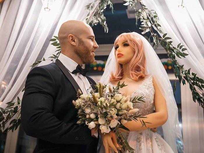 Binaragawan dan Boneka Seks Akhirnya Menikah
