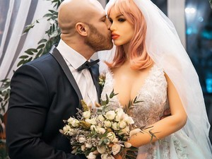 Sempat Tertunda, Binaragawan Kontroversial Akhirnya Menikahi Boneka Seks