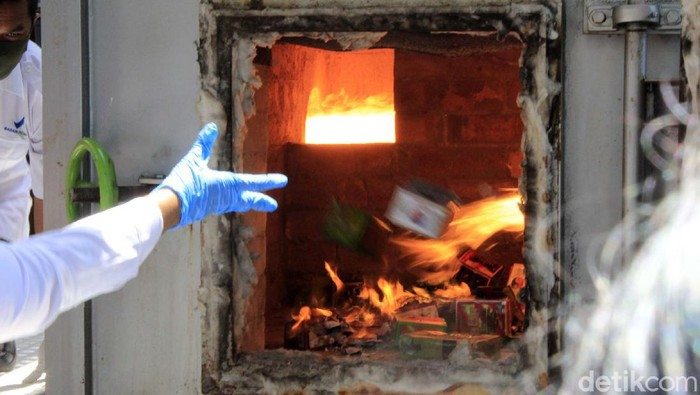 BPOM Bandung memusnahkan obat dan kosmetik ilegal. Barang ilegal tersebut dimusnahkan dengan cara dibakar di halaman Kantor BPOM RI Bandung.
