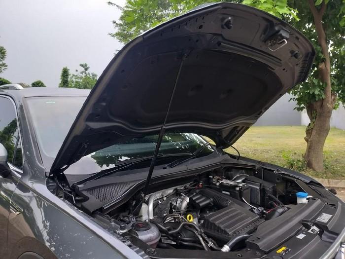 Cara menutup kap mesin mobil yang benar, dibanting atau ditekan?