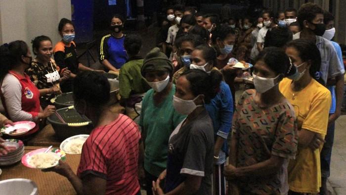 Sejumlah pengungsi korban erupsi gunung berapi Ili Lewotolok sedang beraktivitas salah satu tenda pengungsian di halaman Kantor Perpustakaan Daerah Kota Lewoleba, Kabupaten Lembata,  NTT, Senin (1/12/2020).  Berdasarkan laporan dari Badan Penangulangan Bencana Daerah (BPBD) Lembata jumlah warga yang sudah dievakuasi dari kawasan rawan bencana gunung Ili Lewotolok hingga Selasa (01/12) malam ini  mencapai 6.237 jiwa dari total warga terdampak 21.000 jiwa.ANTARA FOTO/Kornelis Kaha. ANTARA FOTO/Kornelis Kaha/hp.