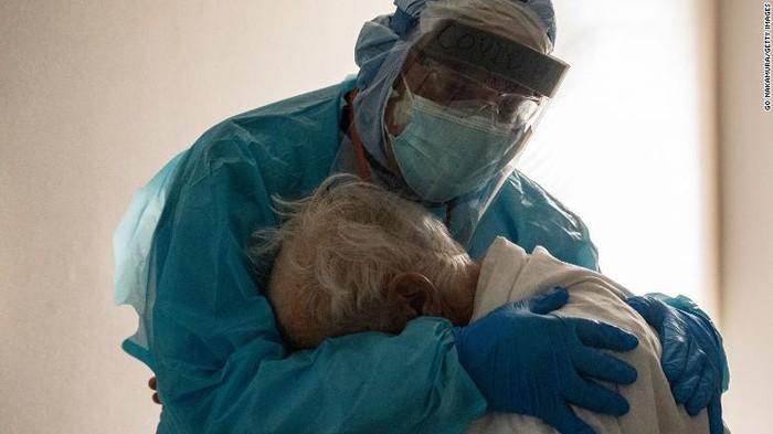 Dokter peluk pasien COVID-19