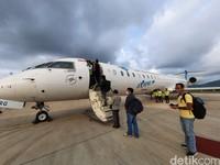 Beberapa waktu lalu detikTravel berkesempatan untuk terbang dari Jakarta ke Labuan Bajo dan sebaliknya bersama Garuda Indonesia. Kini penerbangan dilakukan dengan protokol kesehatan. Salah satunya menjaga jarak ketika mengantre masuk dan keluar pesawat.