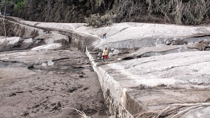 Suasana jalur lahar panas Gunung Semeru di kawasan Pronojiwo, Lumajang, Jawa Timur, Rabu (2/12/2020). Gunung Semeru mengalami erupsi yang menyebabkan awan panas letusan meluncur ke arah Curah Besuk Kobokan sepanjang 11 kilometer dengan durasi kemunculan awan panas selama tiga jam serta status level II atau waspada. ANTARA FOTO/Umarul Faruq/aww.