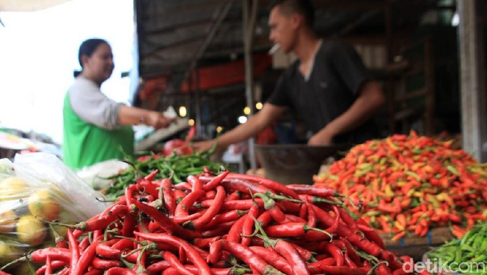 Harga cabai dan daging ayam di Kota Bandung mulai beranjak naik. Kenaikan disebabkan pasokan yang terbatas dan memasuki musim hujan.