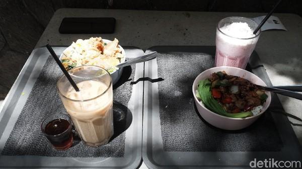 Menu yang ditawarkan cukup beragam, dengan range harga dari Rp 30 ribu sampai Rp 50 ribu. Ada kopi dan aneka makanan yang bisa dicoba traveler.
