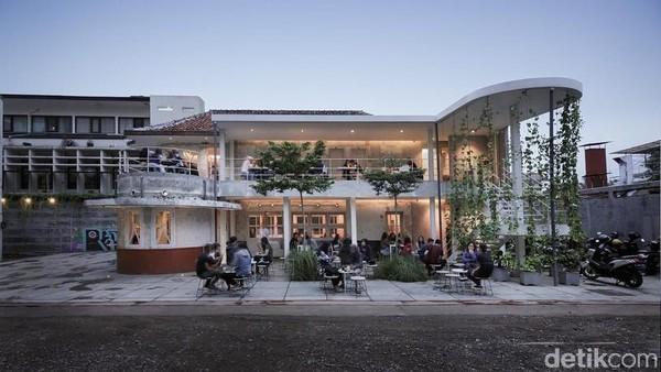 Sensasi bangunan tua yang khas dengan arsitektur art deco bisa ditemui di kafe Didago. Inilah salah satu Hidden Gem tempat ngopi di Bandung yang bisa dicoba traveler.