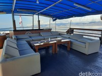 Mau bersantai di atas kapal juga bisa nih. Disediakan sofa untuk tamu bercengkerama.