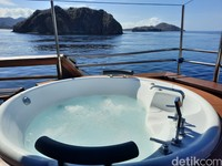 Kapal ini juga dilengkapi jacuzzi untuk tamu yang ingin berendam sambil menikmati keindahan laut di Labuan Bajo.