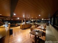 Kapal ini juga memiliki restoran indoor dan outdoor. Selain itu ada pula ruangan untuk menonton dan karaoke.