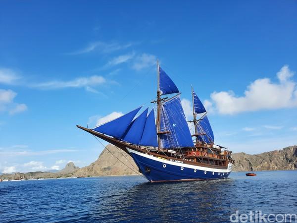 Jalan-jalan keliling Labuan Bajo dapat menggunakan kapal pinisi Sea Safari. Kapal dengan panjang 43 meter dan lebar 12 meter itu memiliki fasilitas mewah dan menawarkan paket wisata alam seperti trekking di Pulau Padar, snorkeling, hingga diving.