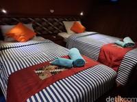 Kapal ini memiliki 14 kamar dengan double bed dan twin bed. Fasilitas kamar juga sama seperti di hotel yakni toilet, AC, listrik, hardryer, sabun, shampoo, sikat gigi dan pasta gigi.