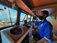 Seluruh awak kapal wajib menerapkan protokol kesehatan seperti mengenakan masker dan sarung tangan ketika melayani tamu.
