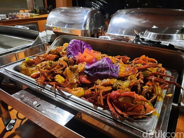 Makanan yang disajikan di kapal pun beragam. Namun yang istimewa adalah olahan boga bahari seperti cumi-cumi, udang, kepiting, dan lobster.