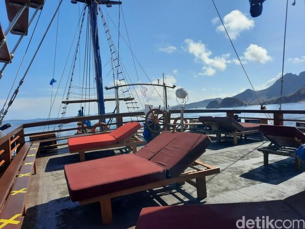 Berjemur di atas kapal sambil menikmati pemandangan juga bisa dilakukan di lantai 3 kapal.