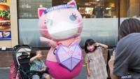 Sehari-hari Koronon dapat ditemui di sejumlah spot populer Tokyo seperti Ikebukuro dan Shinjuku. Selain mengingatkan tiap orang, Koronon juga sekaligus membagikan masker gratis (Stanislav Kogiku/Getty Images)