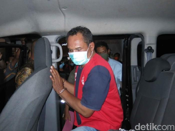 Bambang Sugeng (50) ditangkap Kejaksaan Negeri (Kejari) Sidoarjo setelah 4 bulan masuk daftar pencarian orang (DPO). Ia merupakan mantan Kades Kemantren, Kecamatan Tulangan yang tersandung kasus korupsi dana desa sebesar Rp 600 juta.