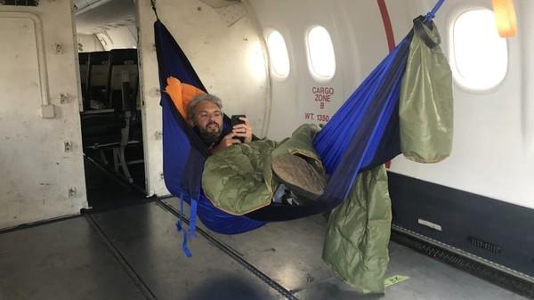 Nih, pilotnya saja bisa asyik bikin tidur di hammock saat terbang. (Jet Test and Transport)