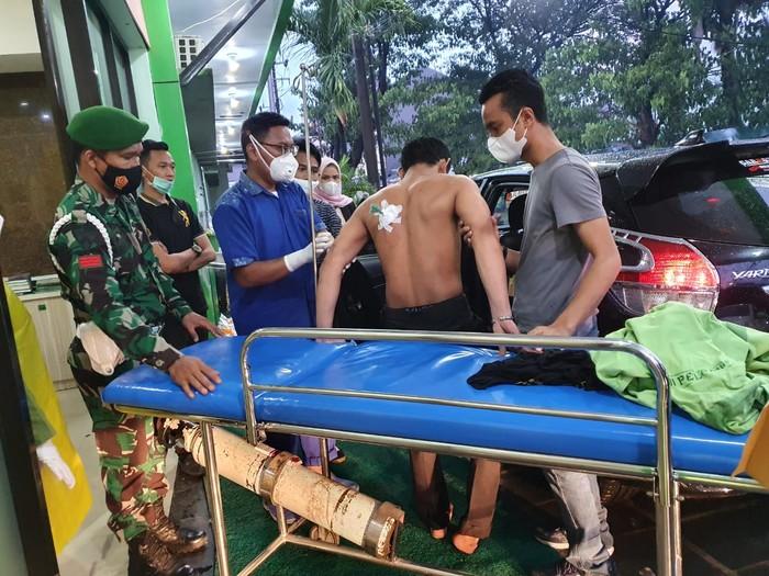Massa aksi tolak Habib Rizieq di Makassar Prawira Dirga terkena busur anak panah (dok. Istimewa).
