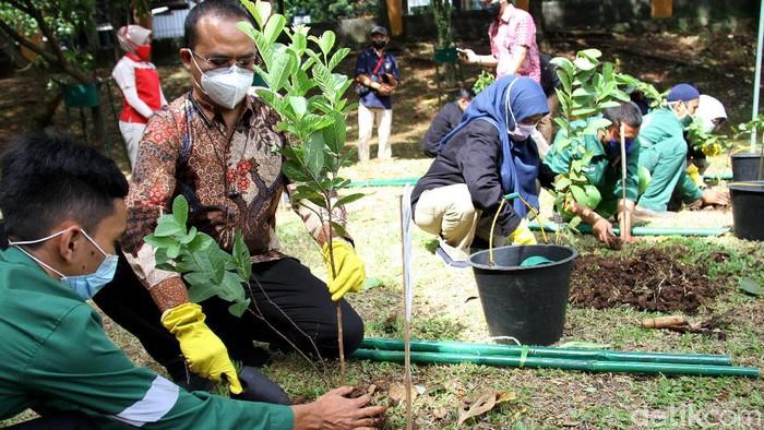 Ribuan bibit tanaman diserahkan ke Dinas Lingkungan Hidup dan Kebersihan Kota Depok. Gerakan menanam pohon pun dilakukan sebagai upaya menghijaukan lingkungan.