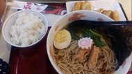 5 Kombinasi Makan Nasi Aneh, Pakai Ramen hingga Bubur Kacang Ijo