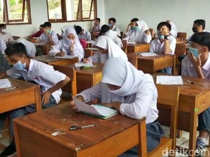 Sebanyak 15 SMA dan SMK di Garut, Jawa Barat, telah melakukan pembelajaran tatap muka. Salah satunya adalah SMAN 30 Garut.