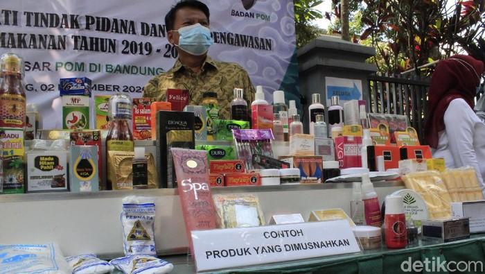 BPOM Bandung mengamankan produk sediaan farmasi dan pangan ilegal, baik yang tak memiliki izin edar maupun yang tak memenuhi persyaratan keamanan, khasiat dan mutu, Rabu (2/12/2020).