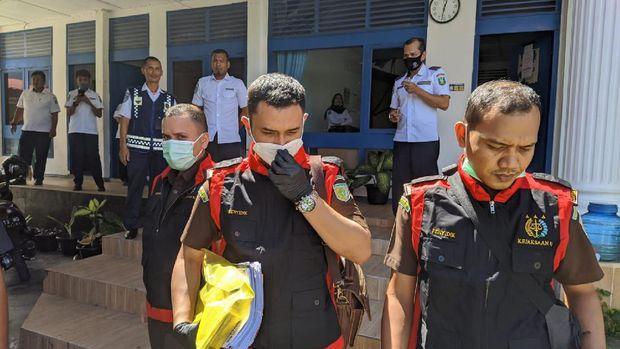 Penyidik Kejari Sabang menggeledah kantor dishub (dok Istimewa)